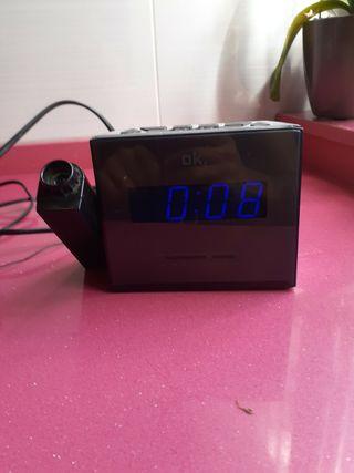 Radio despertador digital, proyector.
