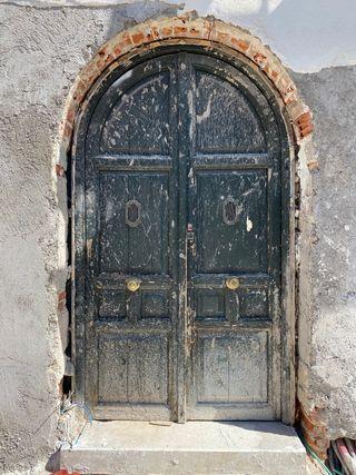 Puerta de entrada de madera de medio punto