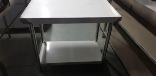 mesa de trabajo con estante