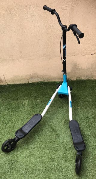 patinete movimiento 3 ruedas