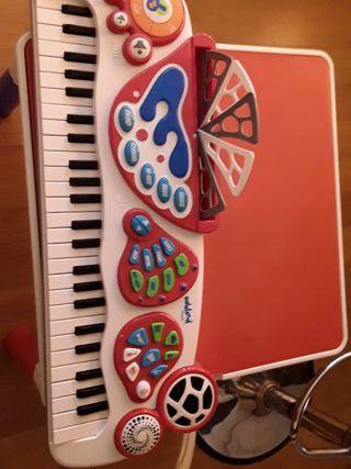 Piano órgano infantil. juguetes. niños