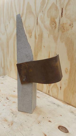 escultura acero y piedra