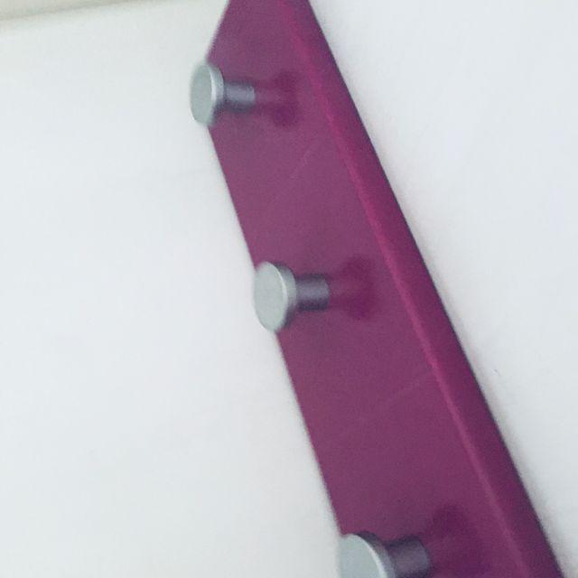 Colgador pared madera color lila