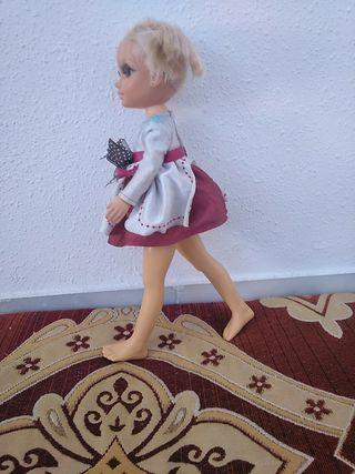 muñeca nancy con el pelo pintado y cortado