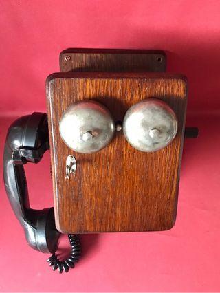 Teléfono antiguo magneto y baquelita.