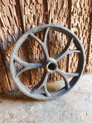 Ruedas de hierro de maquinaria agrícola antigua