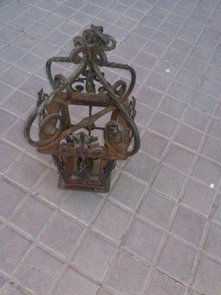 farol de forja antiguo de vela en buen estado