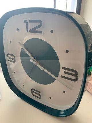 Reloj de pared color blanco y verde