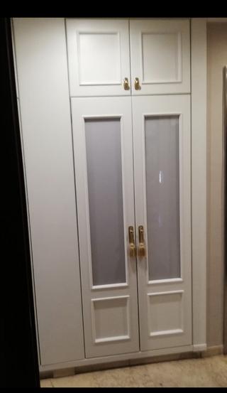 Dos puertas de armario lacadas con altillo