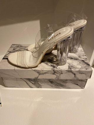 Sandalias transparentes modernas