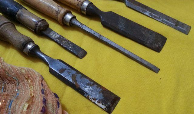 Formones viejos de maestro carpintero. Cinco