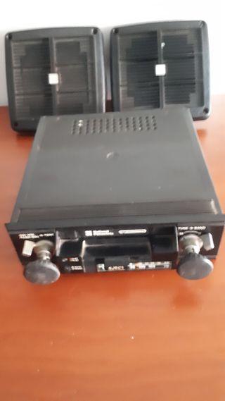 Radio antiguo con carcasa y altavoces
