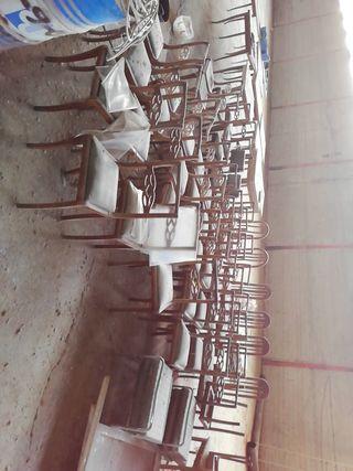 Se regalan mesas y sillas