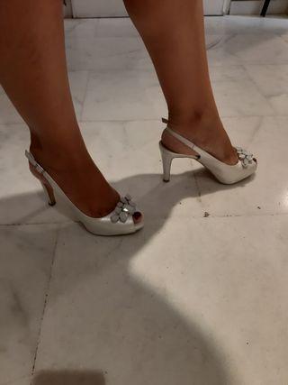 zapatos blancos de novia o para ir elegante
