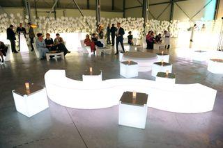Asientos y mesas con luz