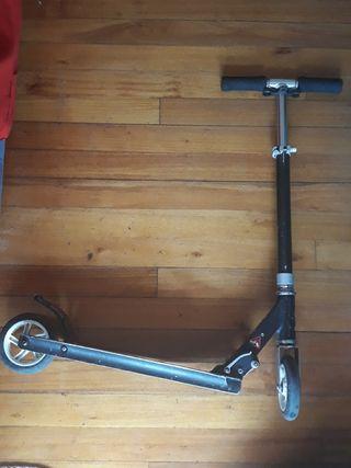 patinete de dos ruedas con manillar