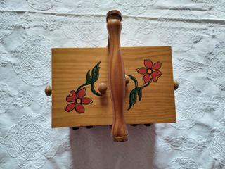 Costurero antiguo de madera