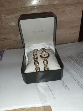 reloj y pulsera bañado de oro y piedrecitas