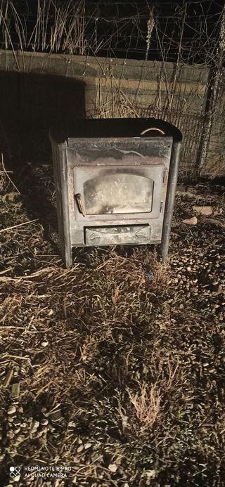 estufa de leñal con horno y cristal qe se ve la ya