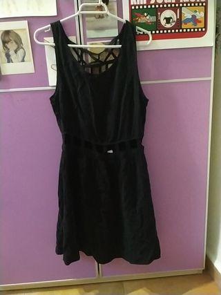 Vestido negro con espalda descubierta