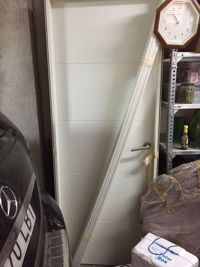 Se venden dos puertas lacadas en blanco nuevas