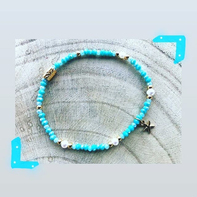 Pulsera elástica con bolitas de cristal y perlitas