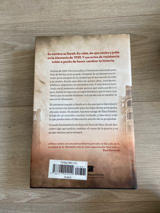Libro, Huérfana Monstruo Espía