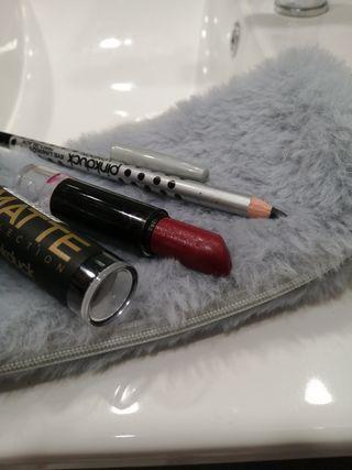 Raya de ojos negra + pintalabios rojo oscuro matte
