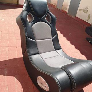 silla gaming con altavoces incorporados