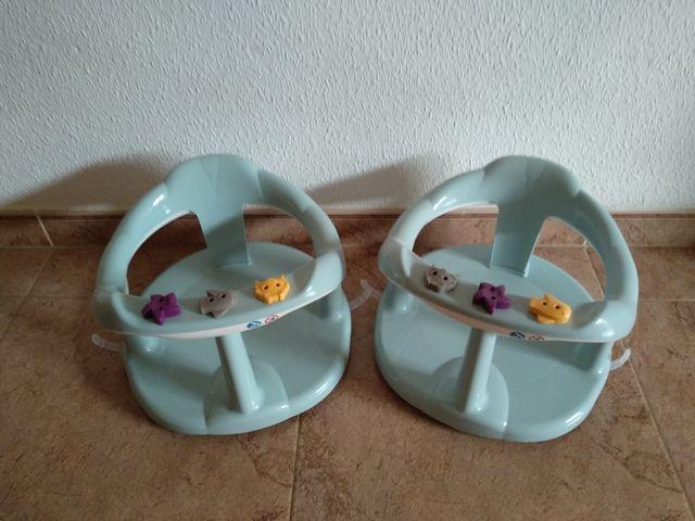 Dos sillas de baño para bebés.