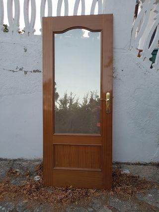 Puerta de paso de madera maciza con cristal