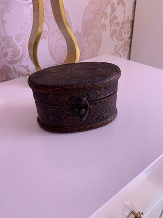 Cofre joyero en madera y cubierto de piel