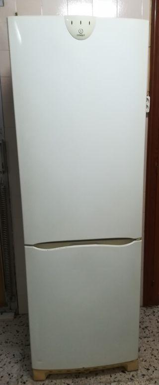 Nevera frigorífico combi Indesit