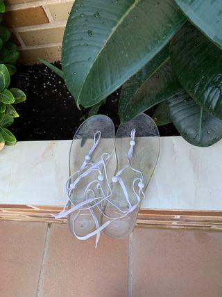 Sandalias transparentes y manoletinas