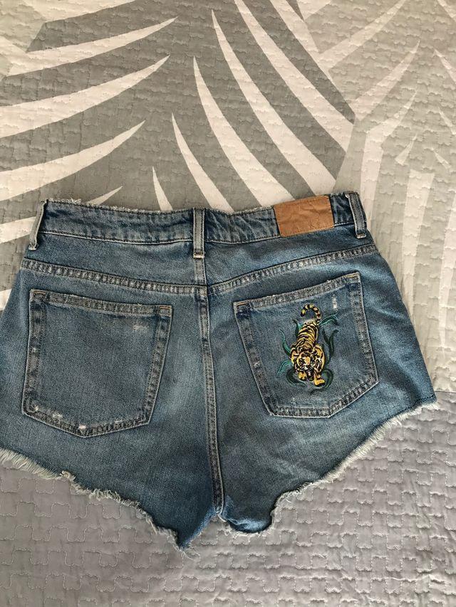 Shorts con estampado de tigre de H&M.