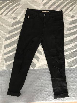 Tejanos pitillo/Jeans piernas rotas de Lefties.