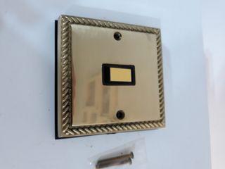 interruptor de luz dorado.