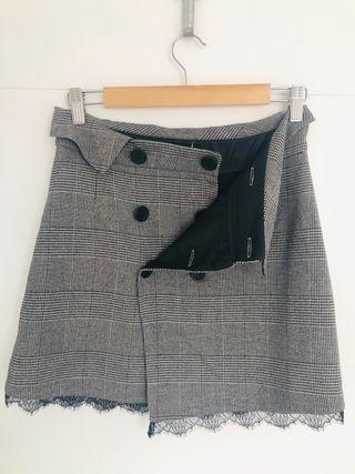 Mini falda cuadros gris con encaje negro. Zara