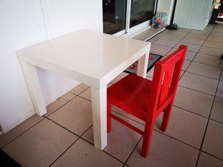 mesa de centro blanca y silla niño roja