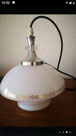 Lámpara opalina con detalles dorados