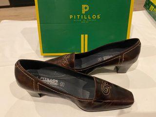 Zapatos de tacón marrón con detalles de Pitillos