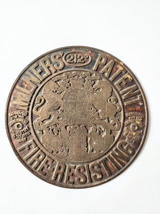 Placa de latón grabado de una caja fuerte Milners.