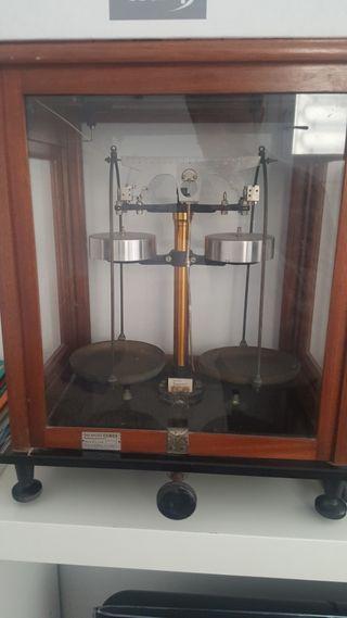 Báscula de precisión antigua