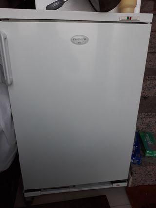 Congelador pequeño vertical de 1 puerta, corbero