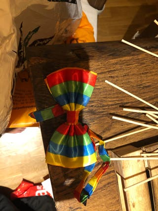 Corbata payaso, faldas colores y trompeta