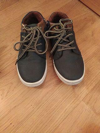zapato deportivo azul y marron