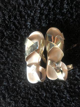 Sandalias doradas niña Zara 36