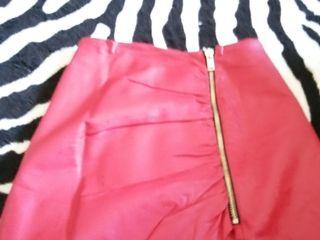 falda de cuero rojs