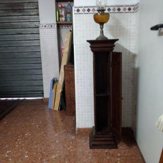 columna de madera de cerezo con puerta que se abre