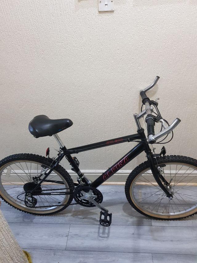 Saracen mountain bike with lock and disc brakes